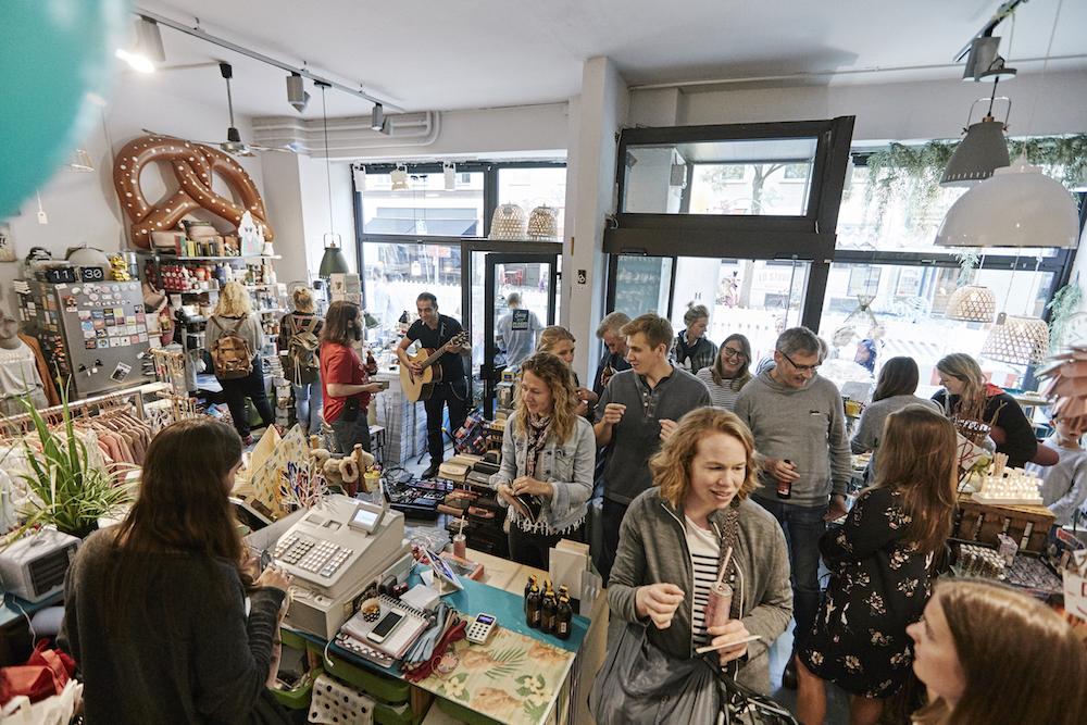 Laden mit vielen Menschen